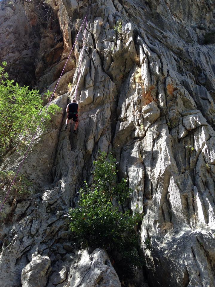 Nils i klatreveggen i Olympos
