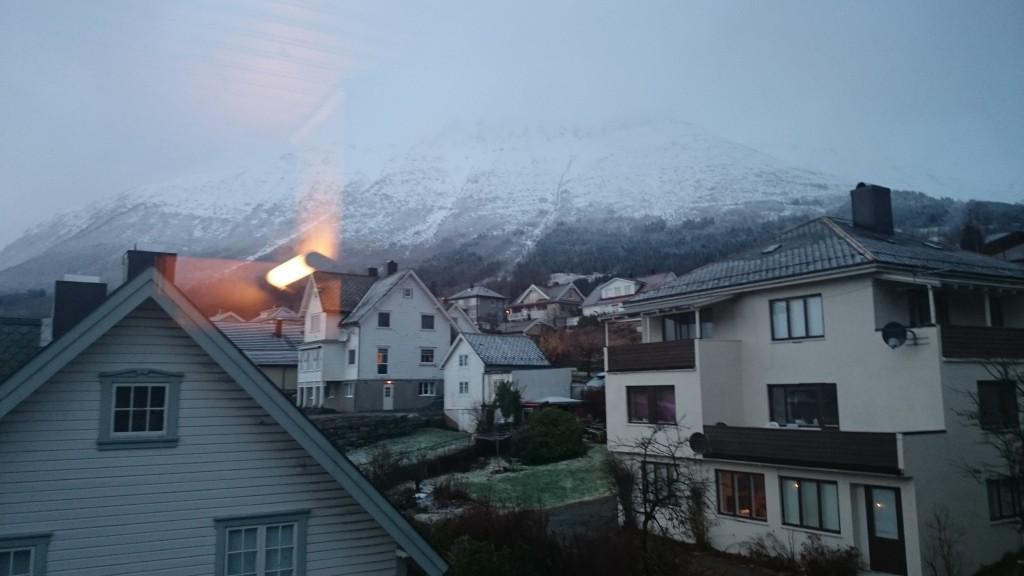 Snø på fjelltoppene rundt Ørsta