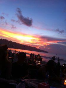 Over og ut fra strandkanten her på Bali