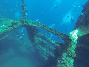 Utforsker krigsskip på 18 meters dybde.